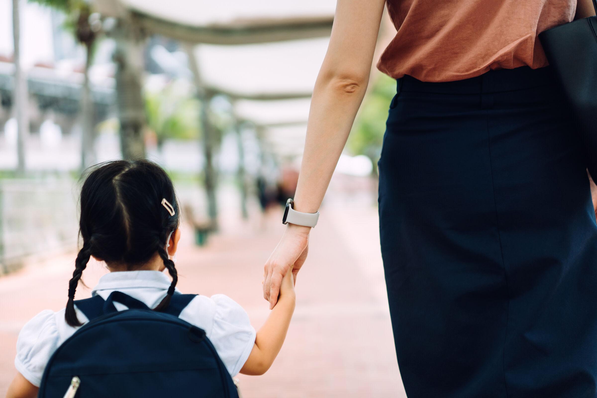 Mãe-andando-com-a-filha